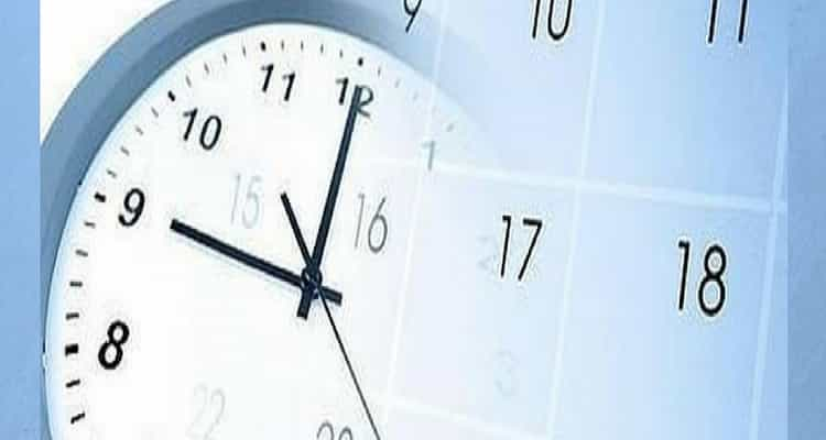 Reloj sobre calendario laboral