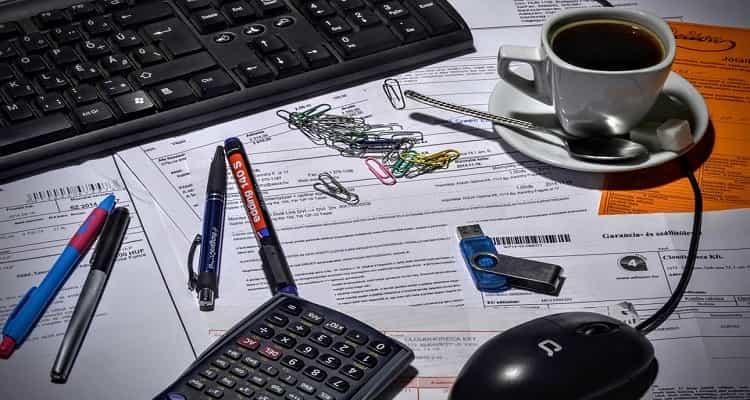 facturas y teclado