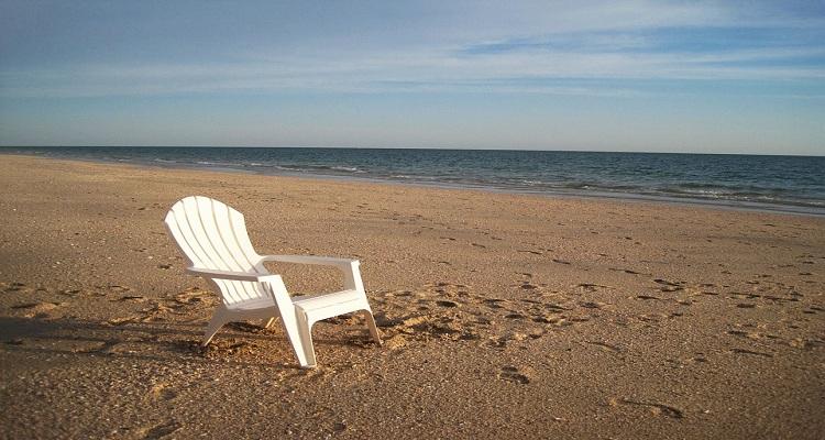 Silla blanca en una playa