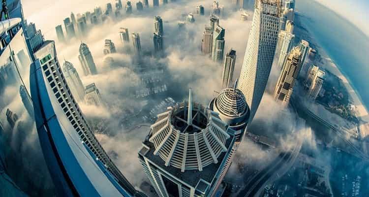 rascacielos edificios construcción Dubai niebla
