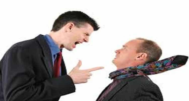 discusión compañeros trabajo