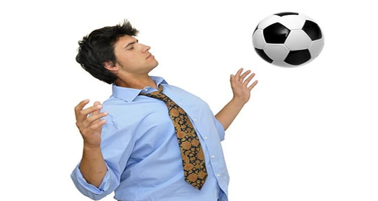 trabajador balón fútbol