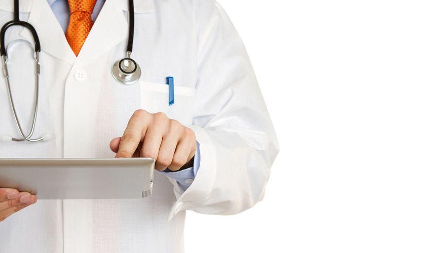Médico con ipad