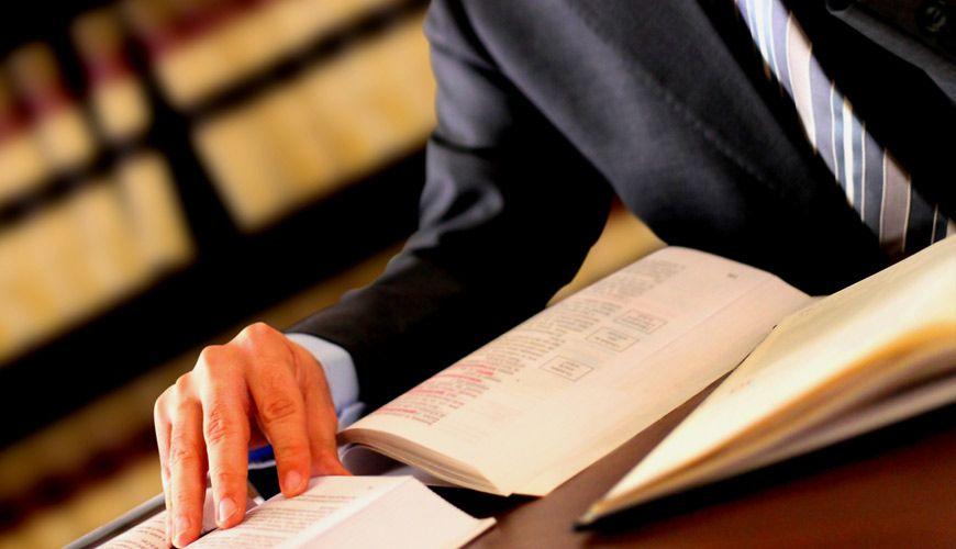 Hombre con libro
