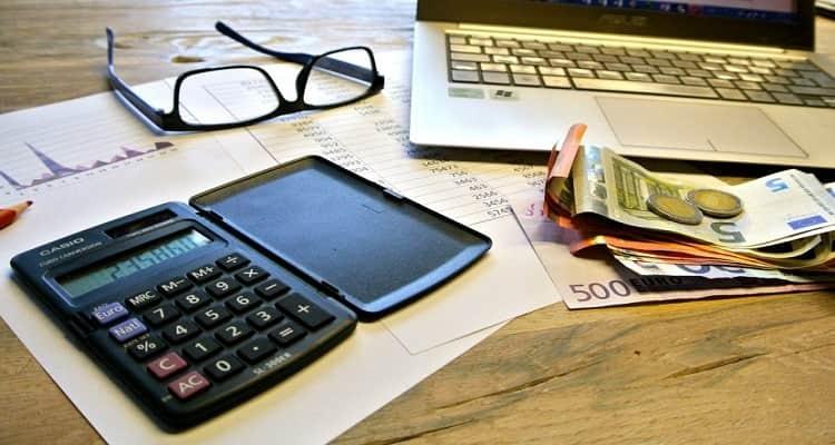 calculadora gafas dinero ordenador recibos