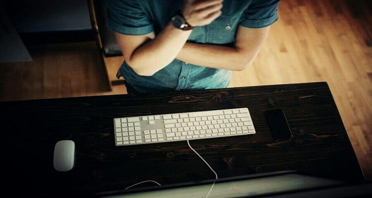 trabajador teclado ordenador