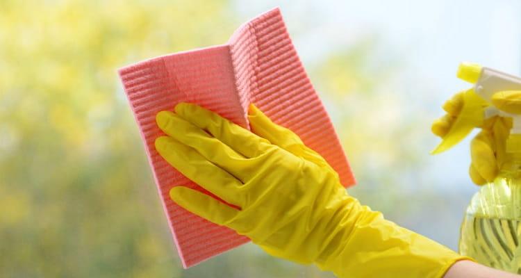 manos limpiando ventana