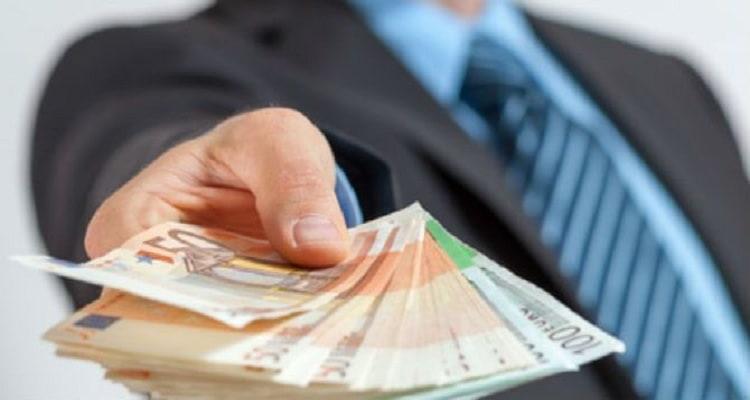 mano dinero billetes