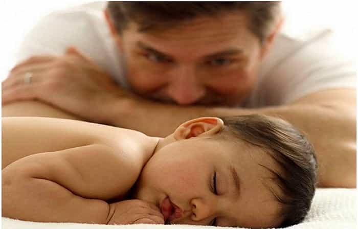 Padre mirando hijo