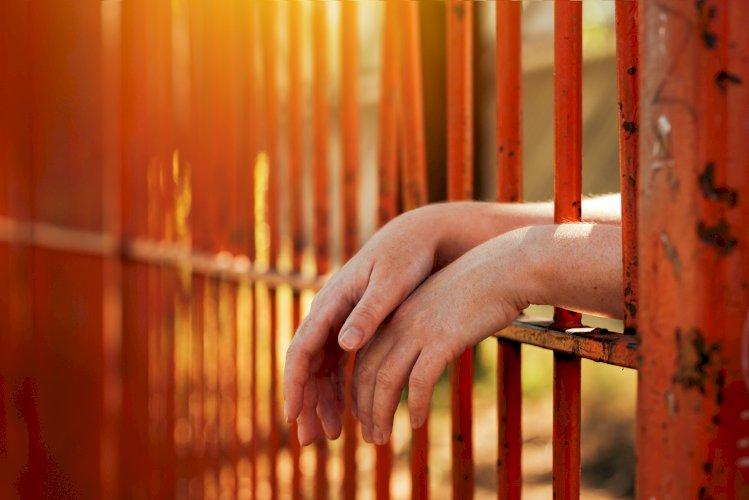 manos prisión
