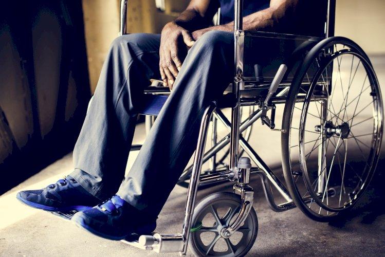 Ebook Despido por ineptitud del trabajador. hombre en silla de ruedas