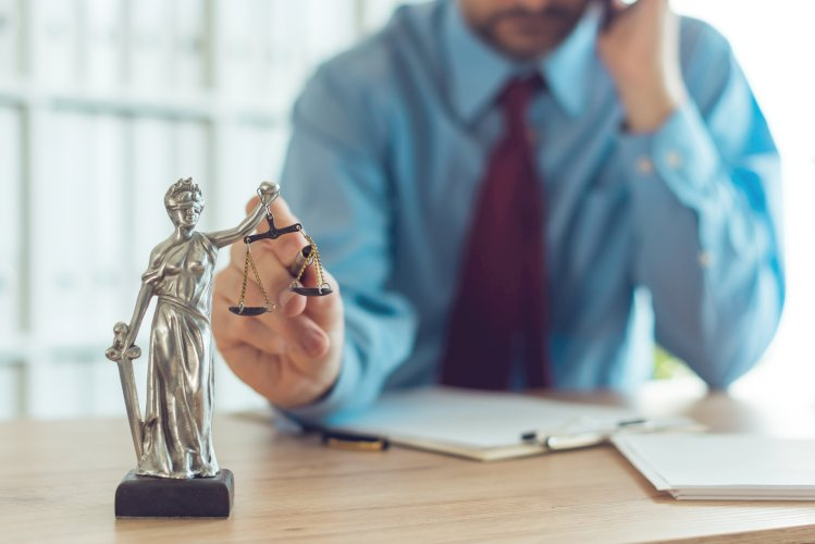 abogado y balanza justicia