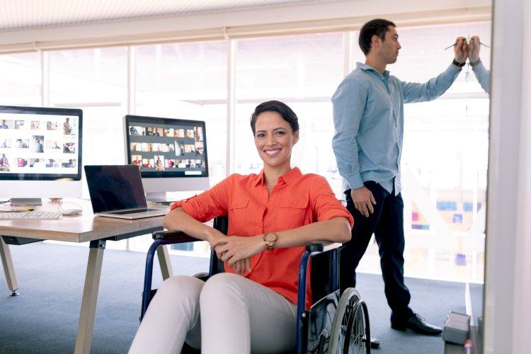 trabajadora silla de ruedas