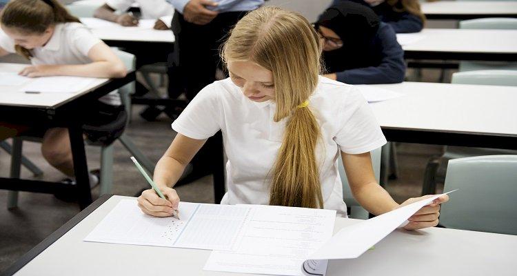Estudiantes que realizan el examen en el aula