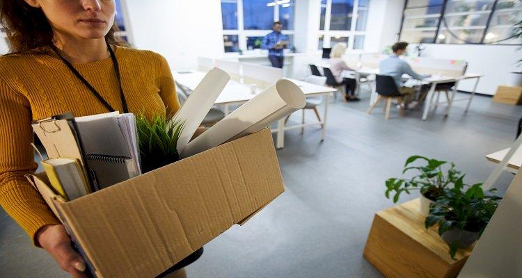 trabajadora dejando oficina tras despido