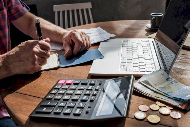 hombre calculando dinero