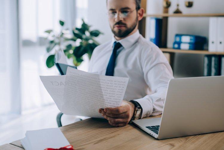 Abogado con papeles en oficina