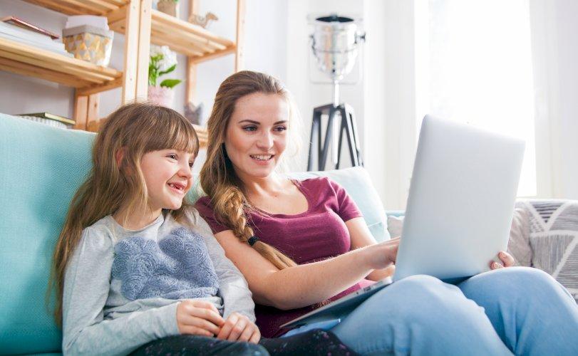 Madre e hija usando portátil