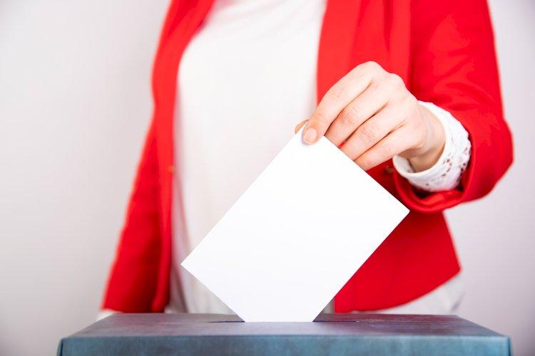 mujer vota en elecciones