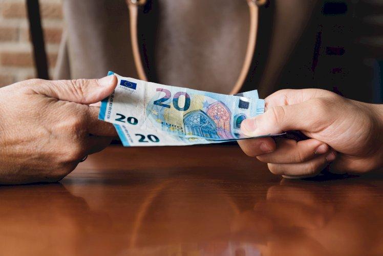 manos dinero euro