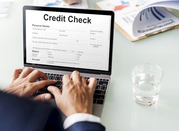 Hombre ordenador crédito