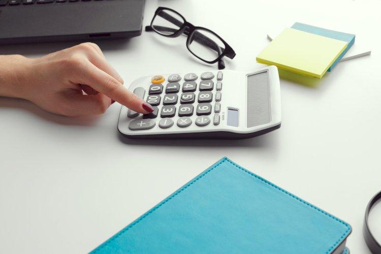 mujer calculadora papeles