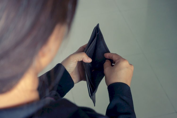 mujer cartera no dinero