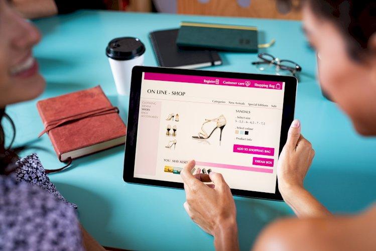 mujeres comprando en linea