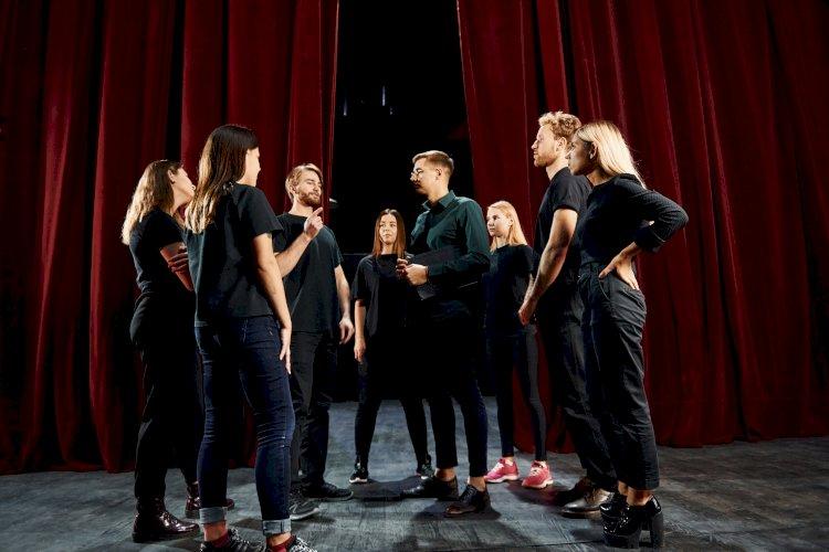 Grupo de actores en el teatro