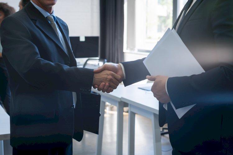 acuerdo hombres estrechando mano
