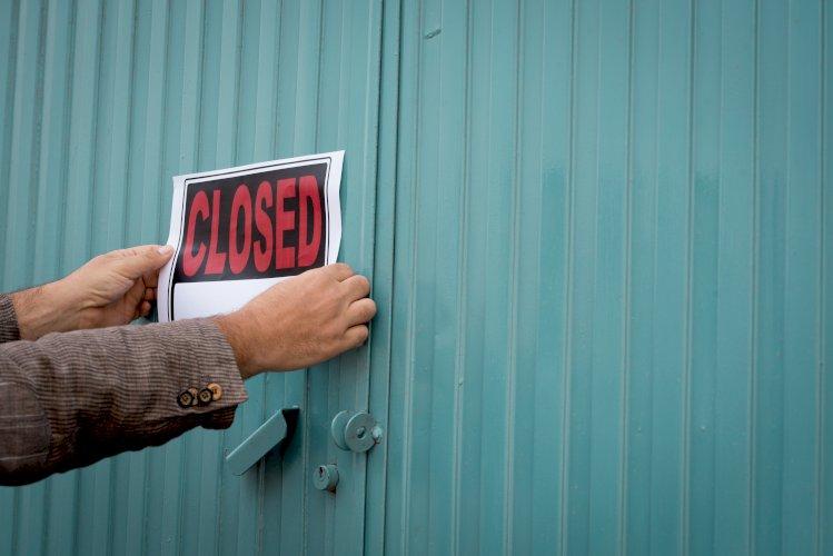 puerta fábrica cartel cerrado