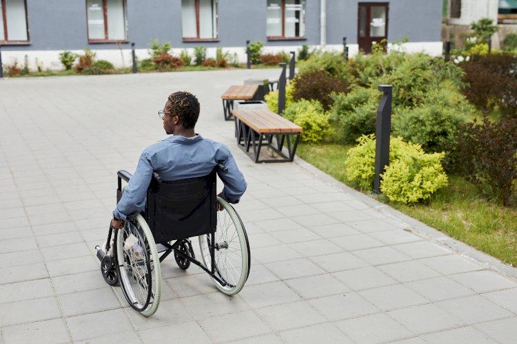 discapacitado silla de ruedas en la calle