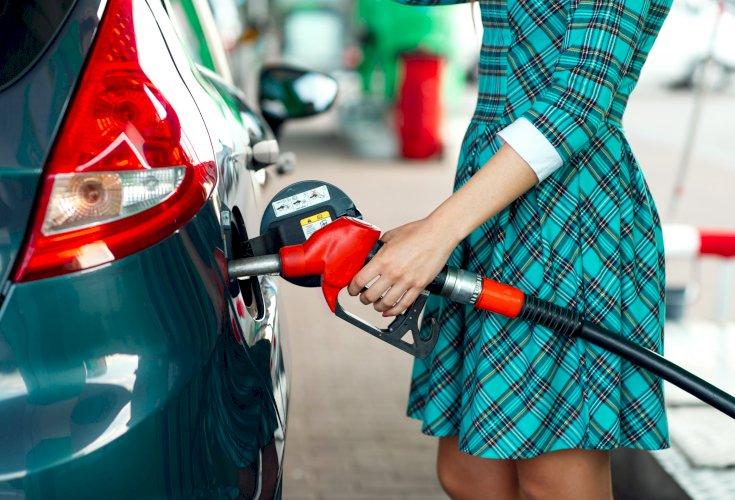 mujer gasolinera repostando